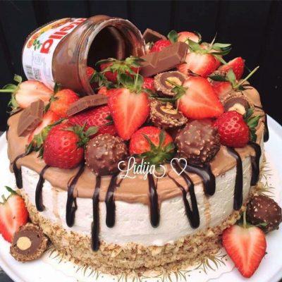 Cokoladna torta so nutella i jagodi