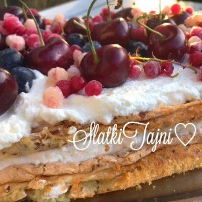 Letna torta so sezonsko sumsko ovosje