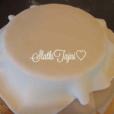 Kako e podobro da se nanese fondanot na tortata, na kora ili na fil?