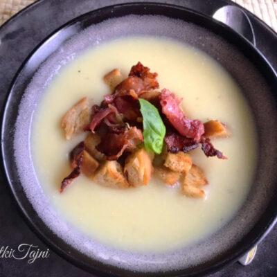 Krem supa so karfiol i parmesan, posluzena so krckavi krutoni i slanina.